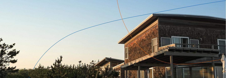 Immobilienfinanzierung für ein modernes Holzhaus mit großen Fenstern