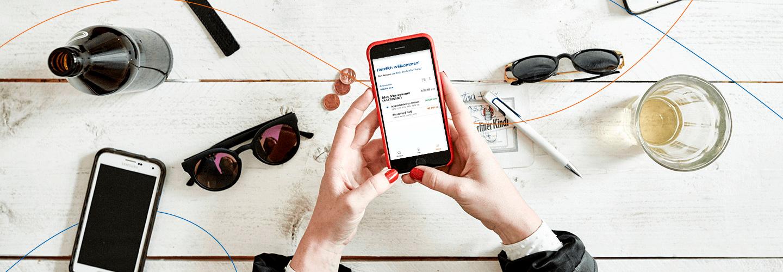 Mit Ihrem Girokonto und der kostenlosen Banking-App können Sie Ihre Bankgeschäfte bequem auf dem Tablet oder Smartphone erledigen.