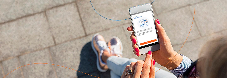 Frau mit Smartphone benutzt SecureGo App